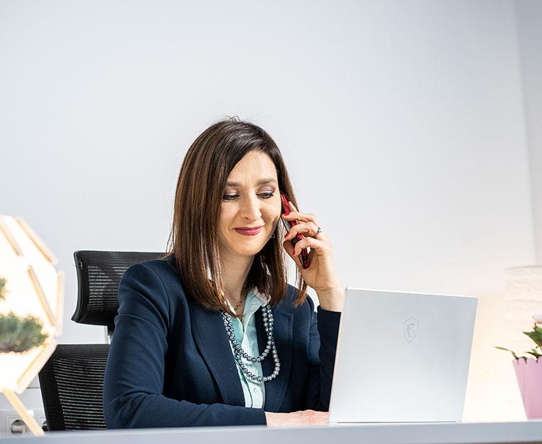 Elena Chernyshova atendiendo personalmente a los clientes durante todo el proceso de compra de una casa o un piso en Castellón y Benicassim