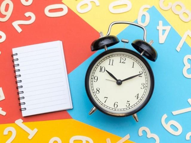 Un block de anillas y un reloj despertador para recordarnos cada alerta que hayamos creado