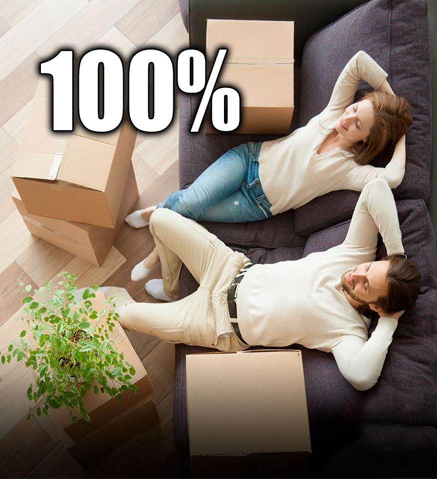 Pareja descansando en sofá en actitud relajada tras haber conseguido financiar el 100% de su hipoteca